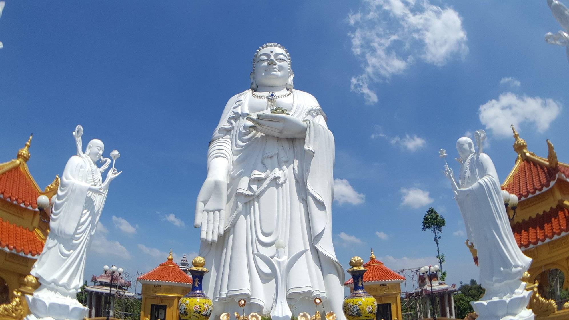 Bức tượng Đức Phật đứng sừng sững giữa trời xanh